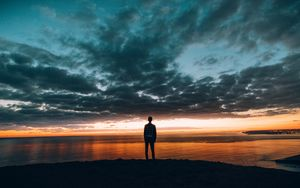 Preview wallpaper boy, sunset, horizon, sea