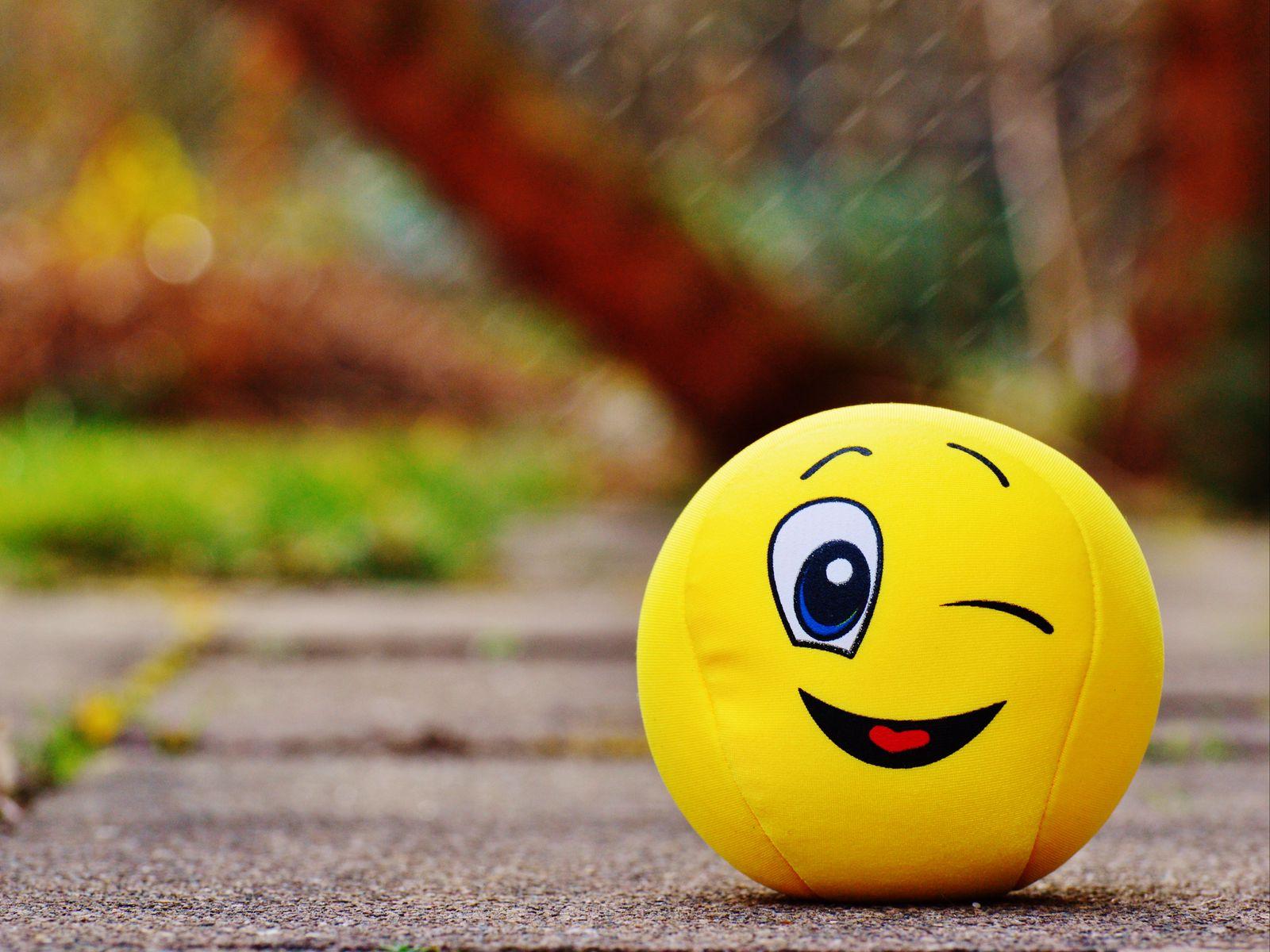 1600x1200 Wallpaper ball, smile, happy, toy