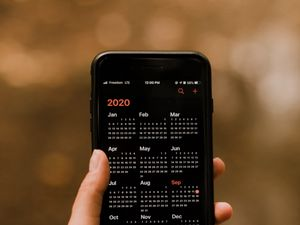 Preview wallpaper calendar, phone, screen, hand
