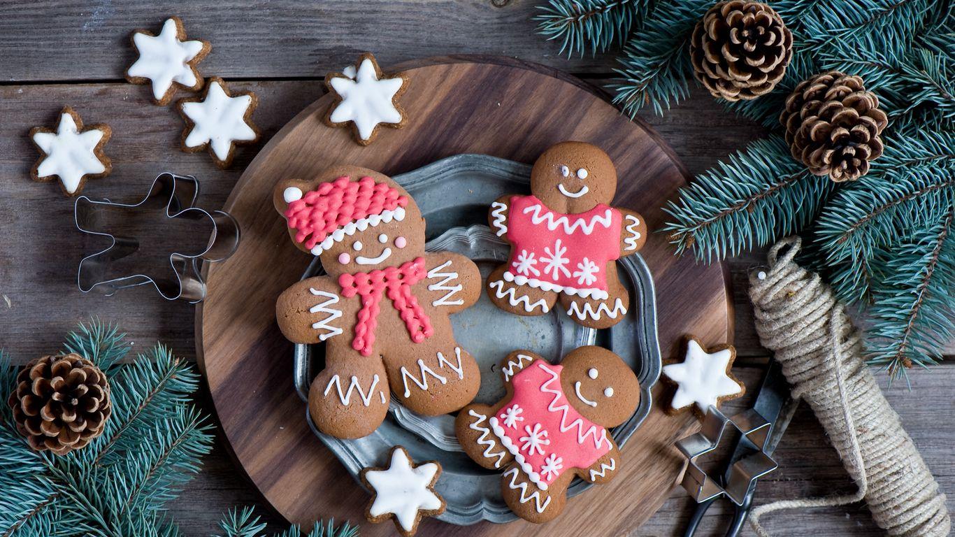 1366x768 Wallpaper cookies, men, new year, twigs, pine cones
