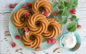 Preview wallpaper cookies, raspberry, cream