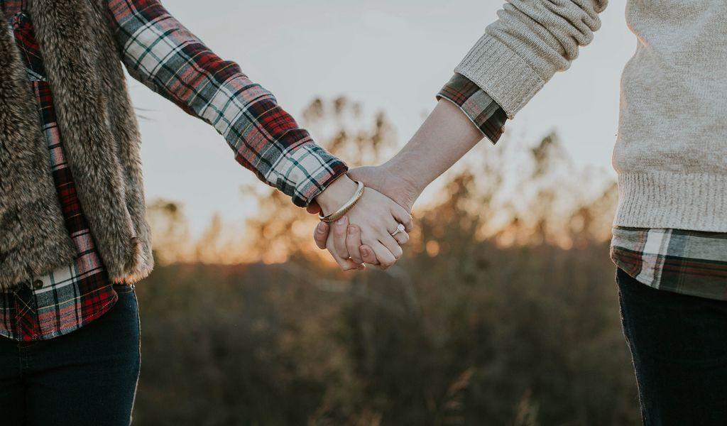 1024x600 Wallpaper couple, hands, tenderness