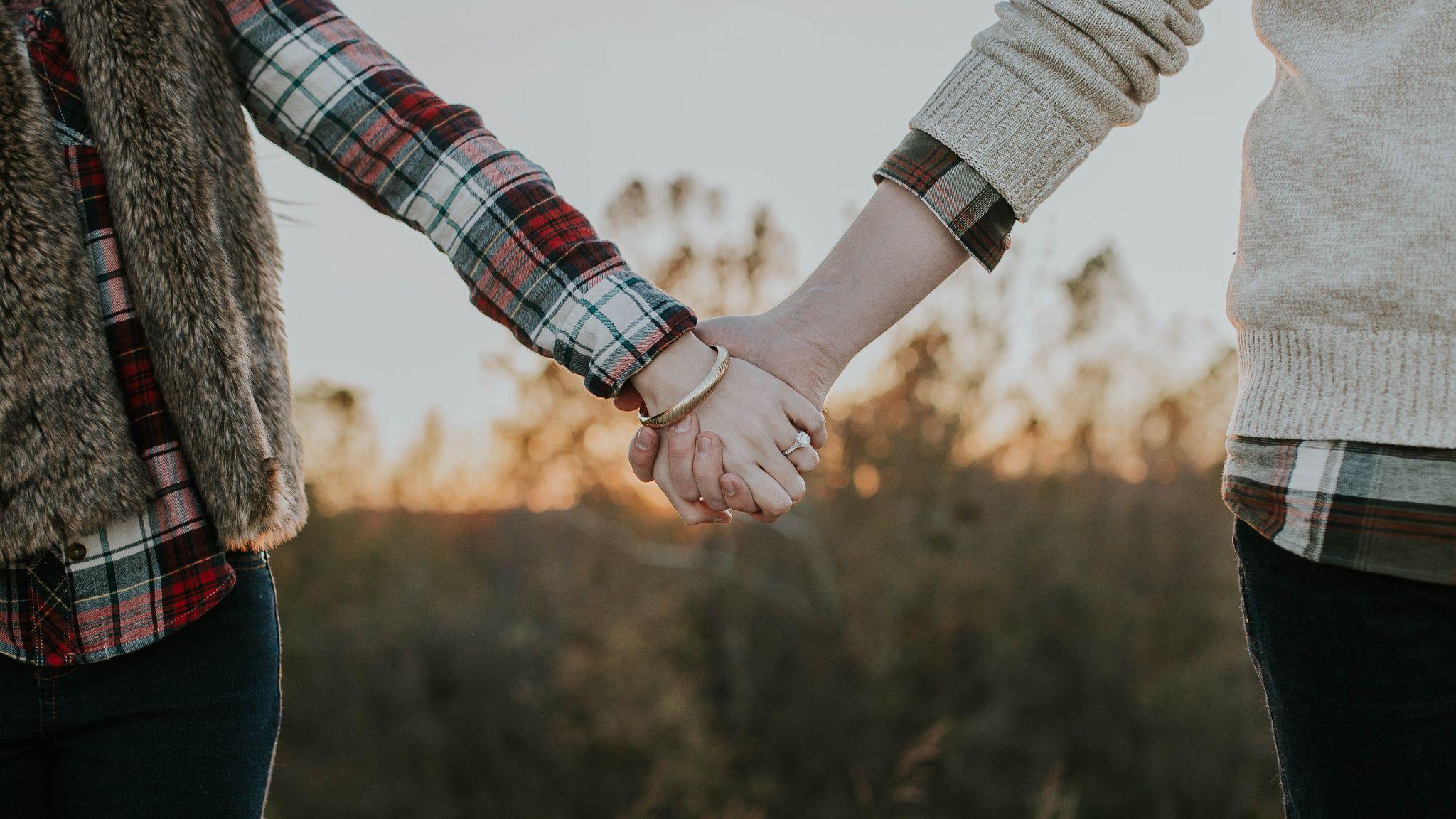 2048x1152 Wallpaper couple, hands, tenderness