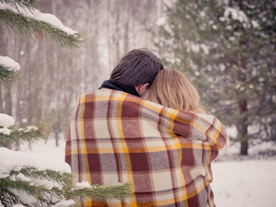 1152x864 Wallpaper couple, hugs, plaid, love, snow, winter
