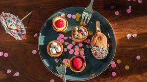 Preview wallpaper dessert, hands, plate, food