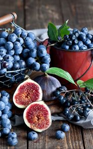 Preview wallpaper figs, grapes, blueberries