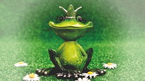 Preview wallpaper frog, statuette, princess, crown, flowers