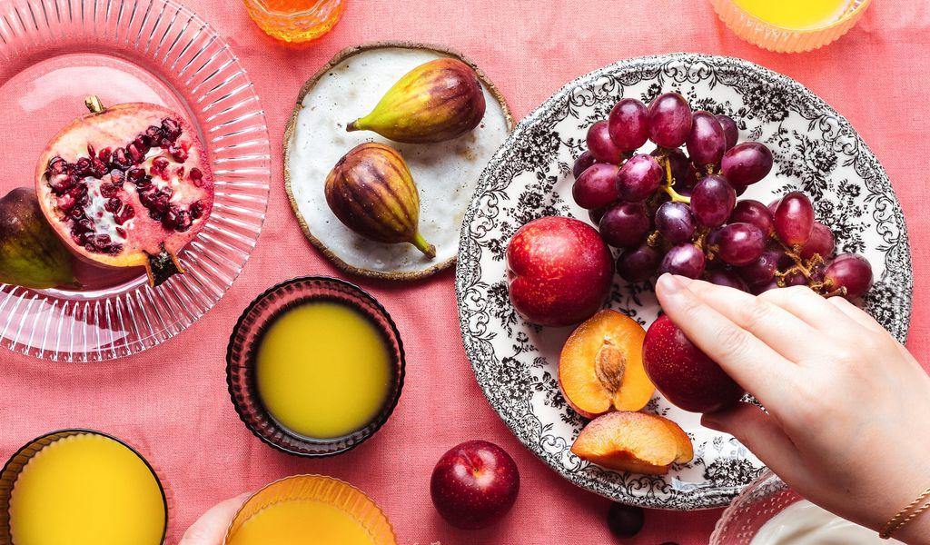 1024x600 Wallpaper fruit, plates, dessert, hands, party