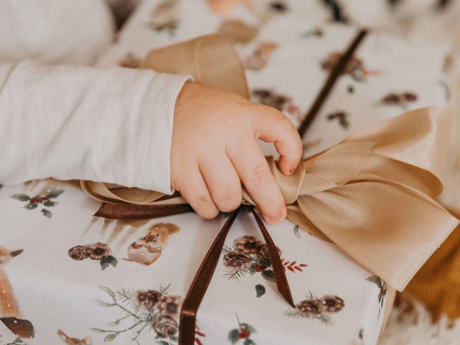 1600x1200 Wallpaper gift, box, bow, hand, child