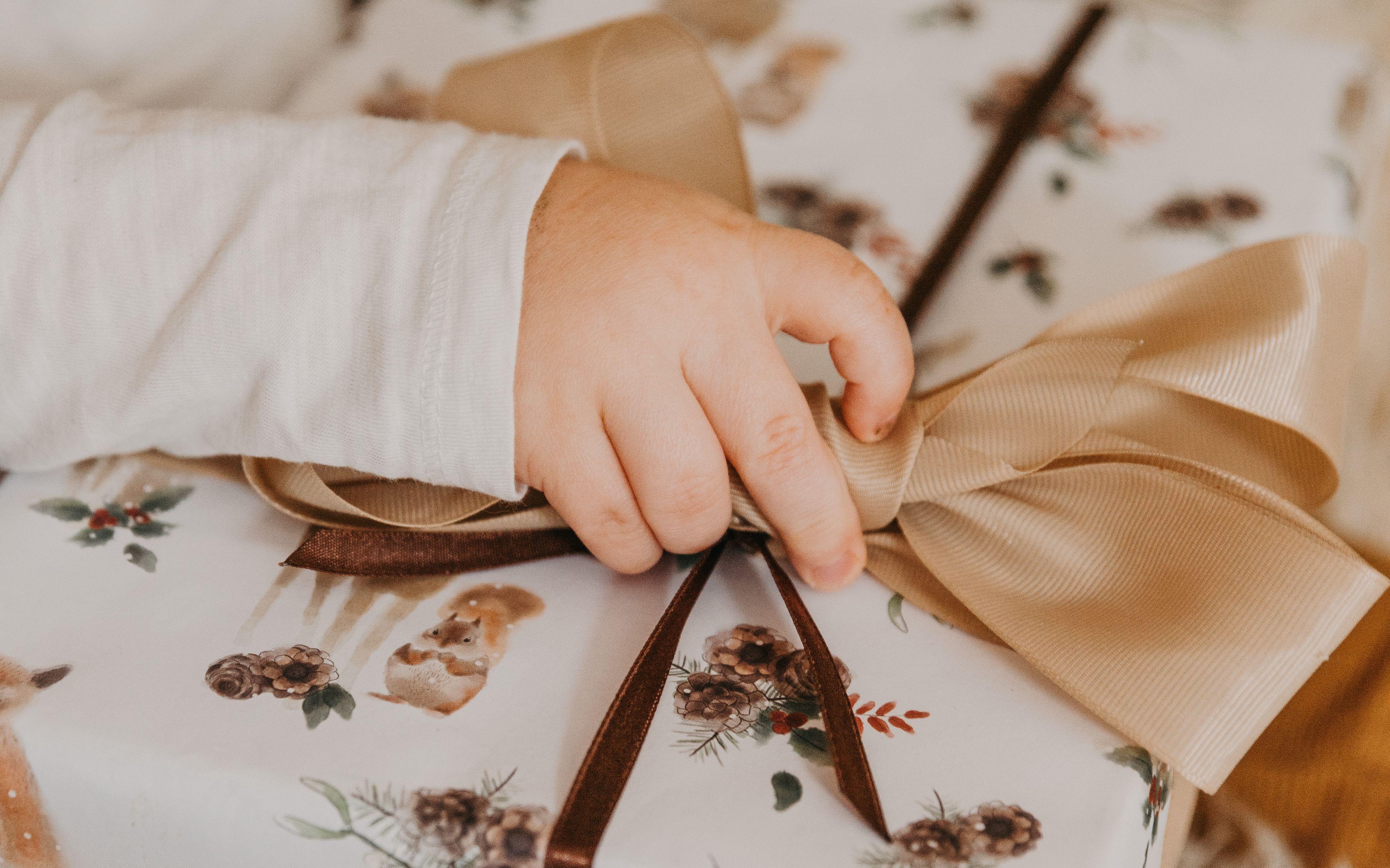 3840x2400 Wallpaper gift, box, bow, hand, child
