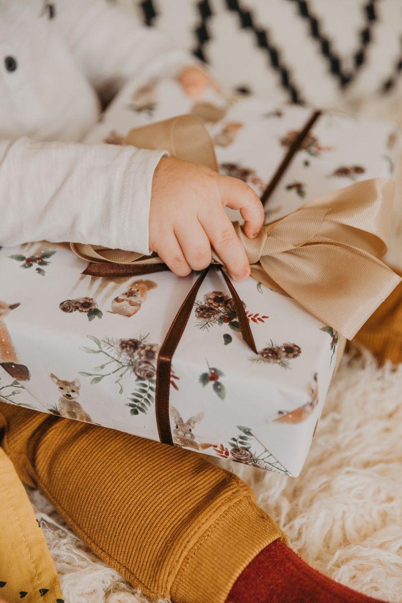 800x1200 Wallpaper gift, box, bow, hand, child