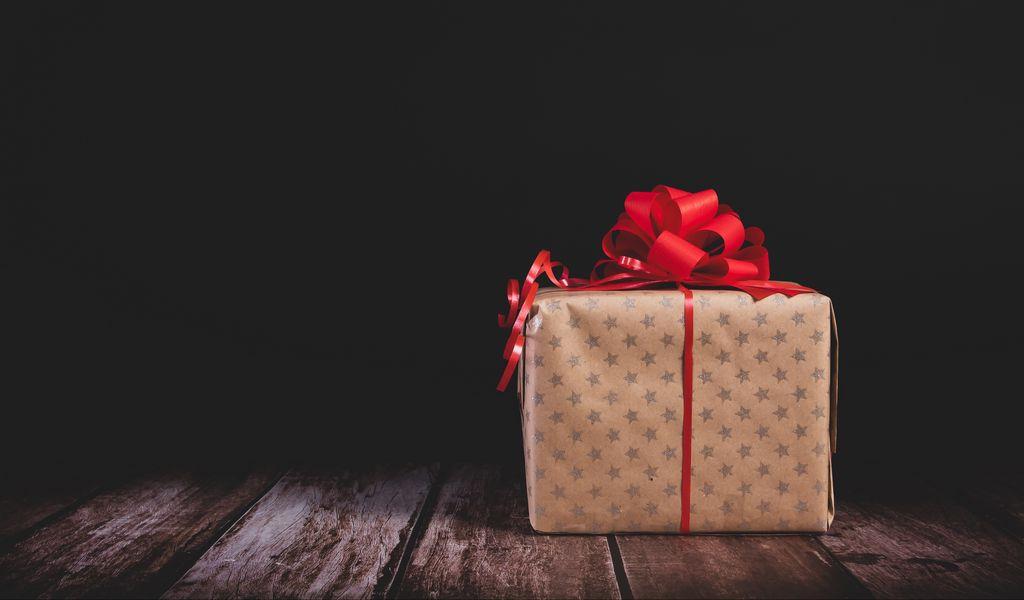 1024x600 Wallpaper gift, box, bow, holiday