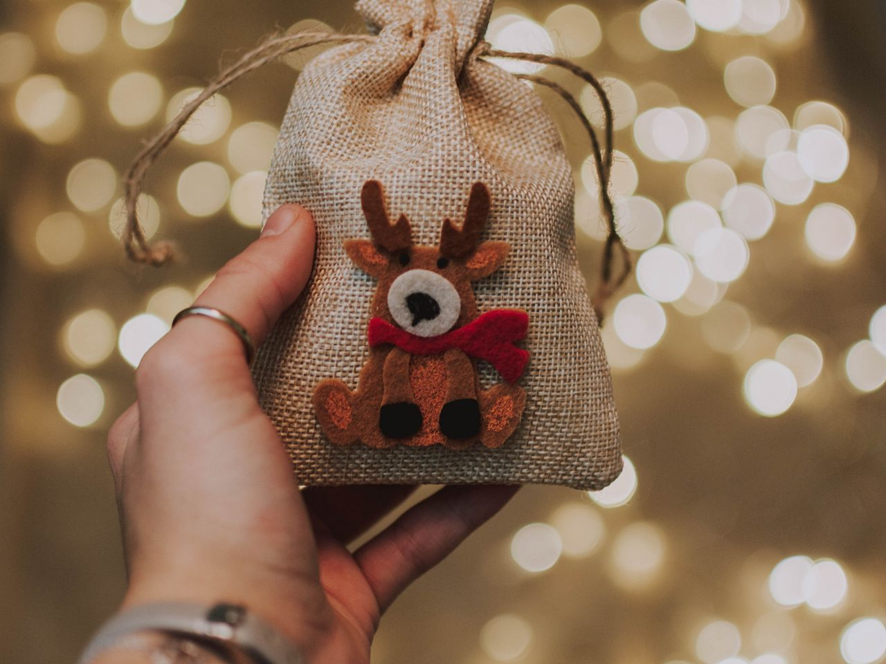 1280x960 Wallpaper gift, new year, christmas, deer, hand