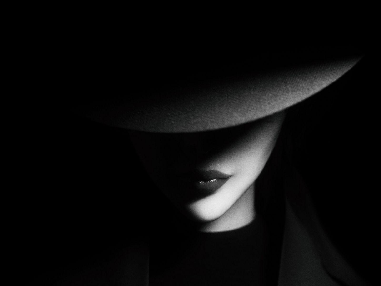 1600x1200 Wallpaper girl, hat, bw, dark, shadows