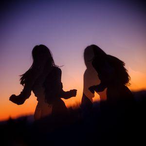 Preview wallpaper girls, silhouettes, friends, sunset, dark