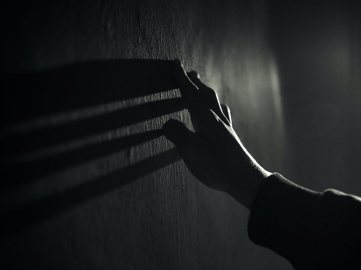 1400x1050 Wallpaper hand, wall, touch, bw, shadow, dark
