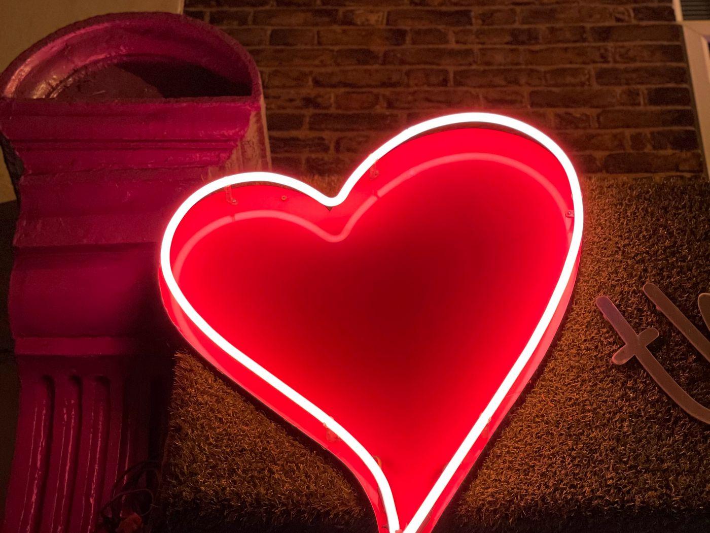 1400x1050 Wallpaper heart, neon, light, red, love