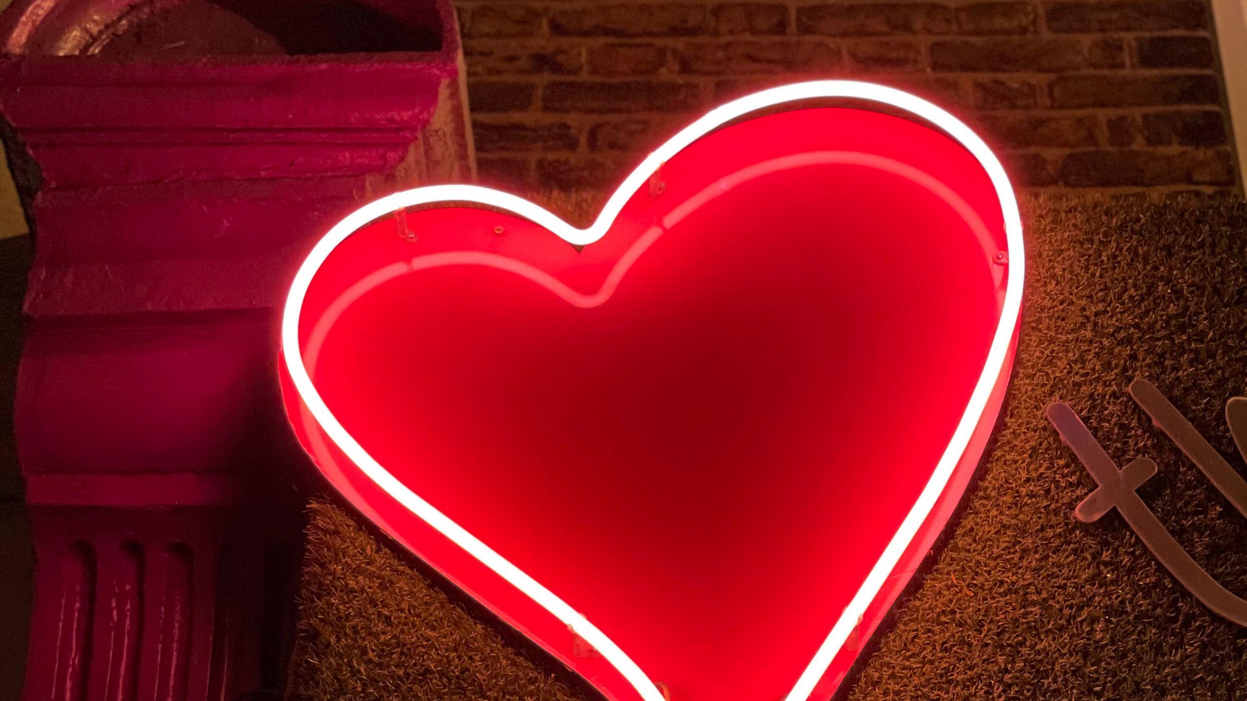 2560x1440 Wallpaper heart, neon, light, red, love