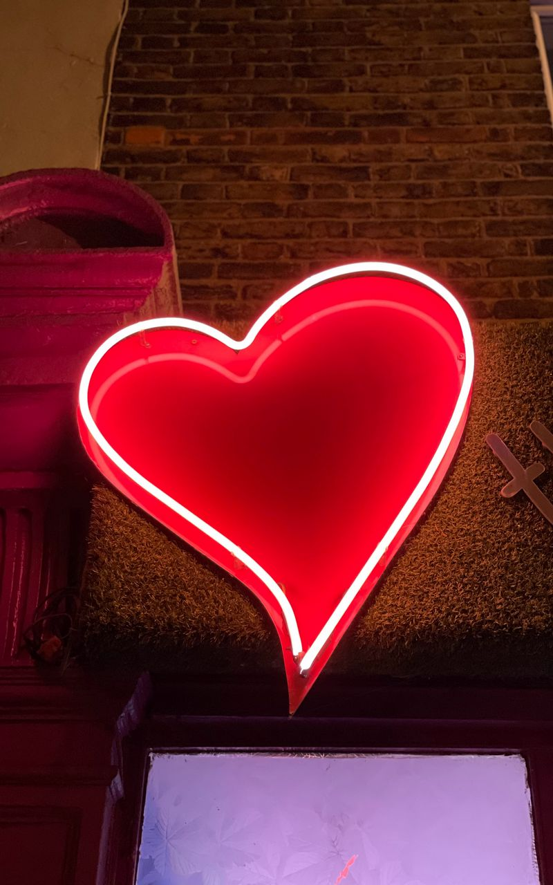 800x1280 Wallpaper heart, neon, light, red, love