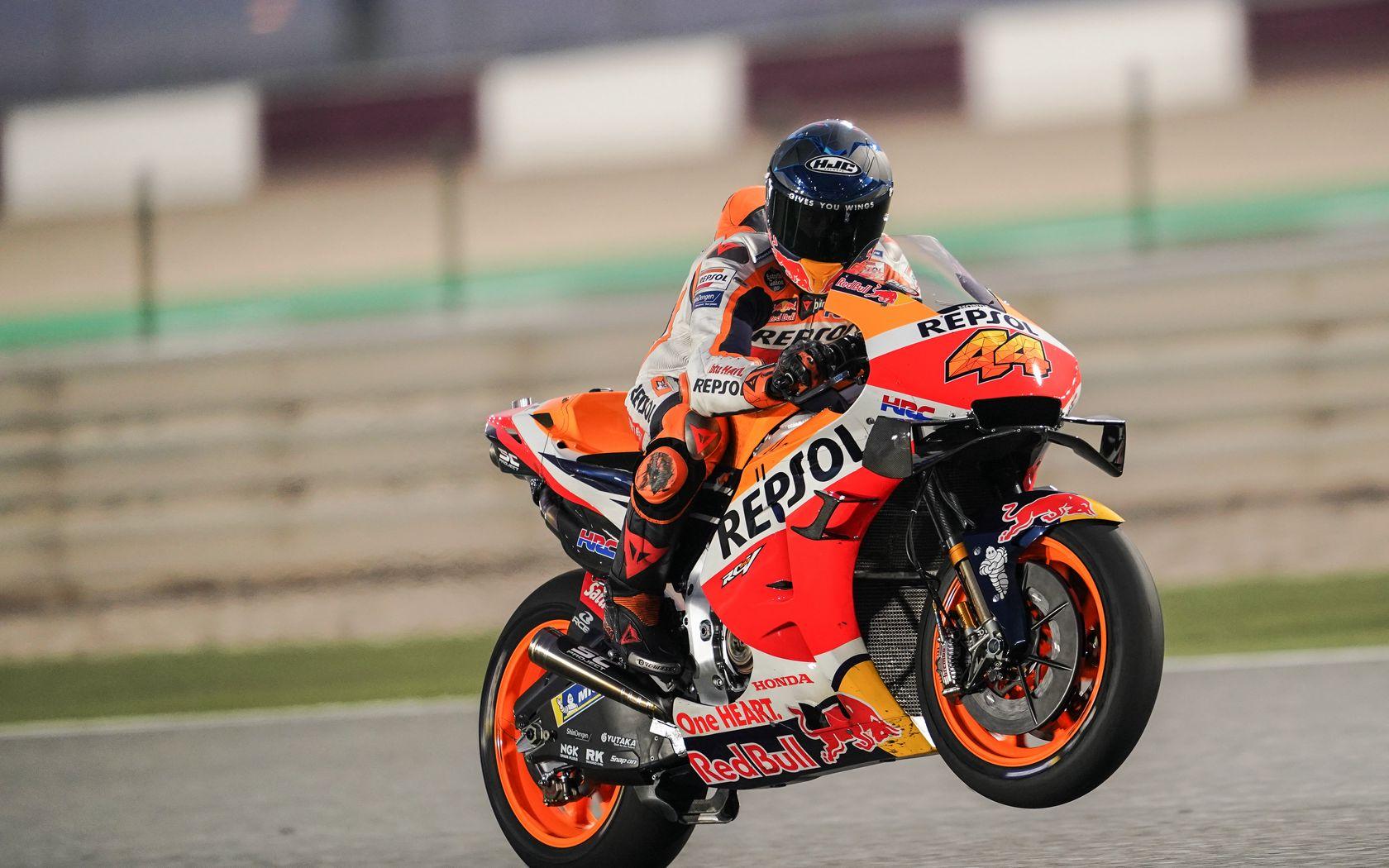 1680x1050 Wallpaper honda, motorcycle, motorcyclist, helmet, speed, track, orange