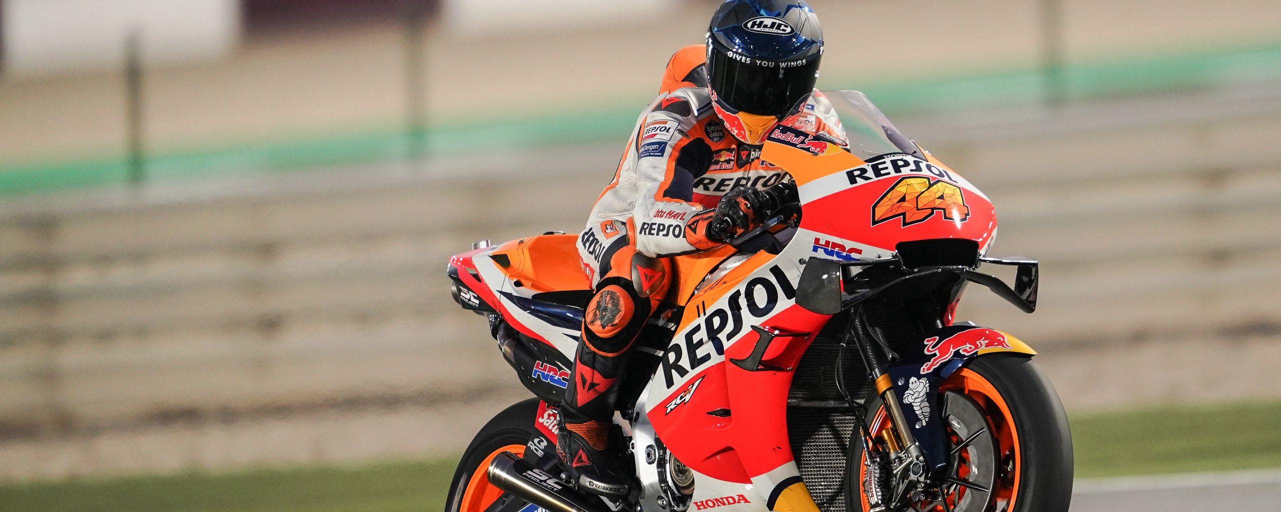 2560x1024 Wallpaper honda, motorcycle, motorcyclist, helmet, speed, track, orange