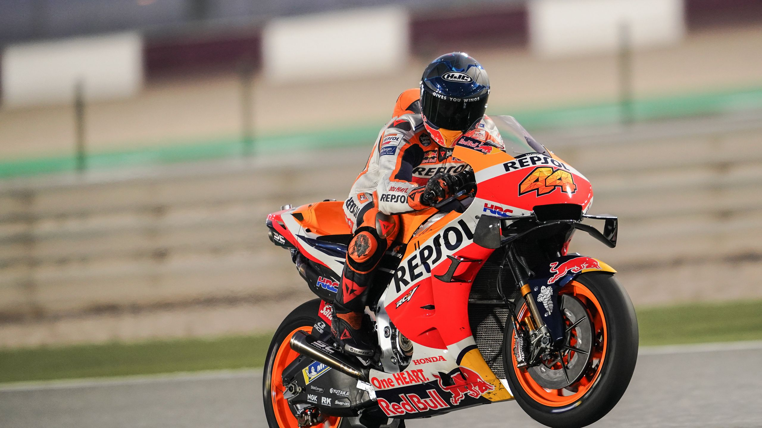 2560x1440 Wallpaper honda, motorcycle, motorcyclist, helmet, speed, track, orange