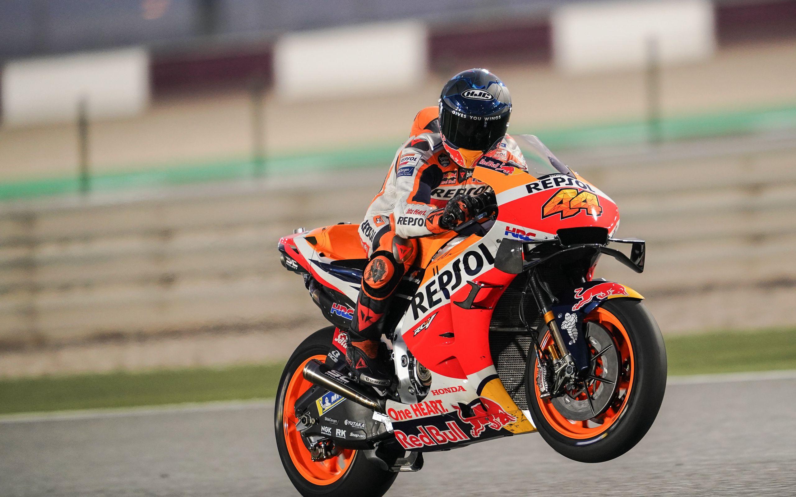 2560x1600 Wallpaper honda, motorcycle, motorcyclist, helmet, speed, track, orange
