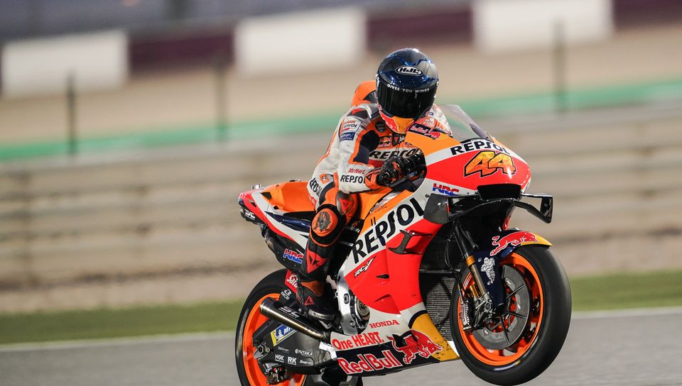 960x544 Wallpaper honda, motorcycle, motorcyclist, helmet, speed, track, orange