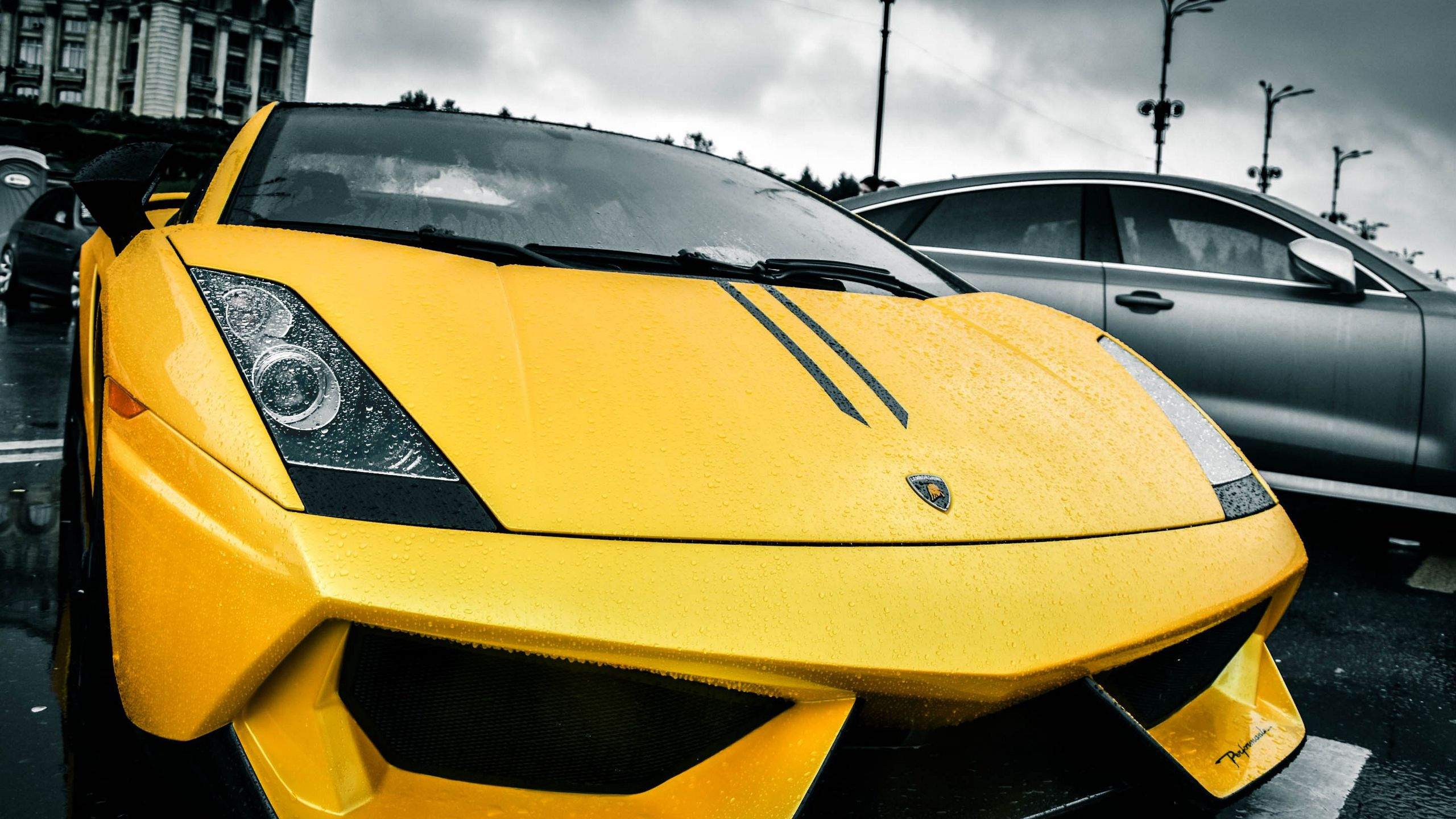 2560x1440 Wallpaper lamborghini, yellow, rain, street