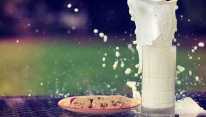 Preview wallpaper milk, splashes, splash, cookies, oat, glass