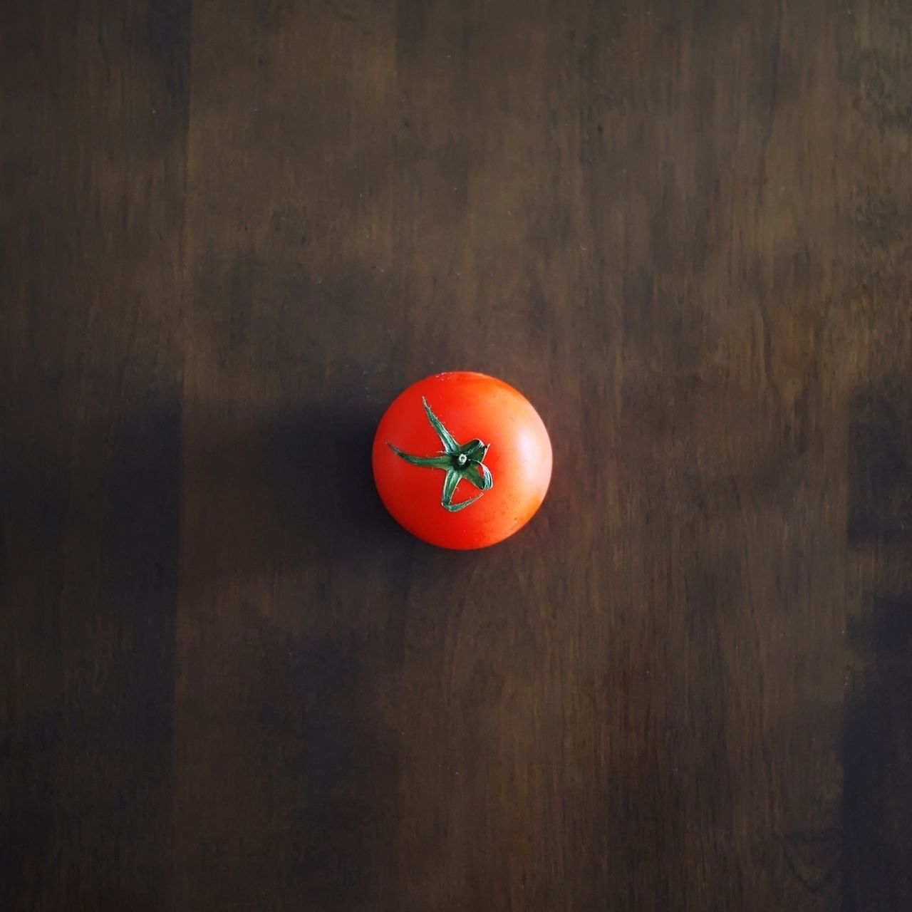 1280x1280 Wallpaper minimalism, tomato, red, table, wall, shadow, background