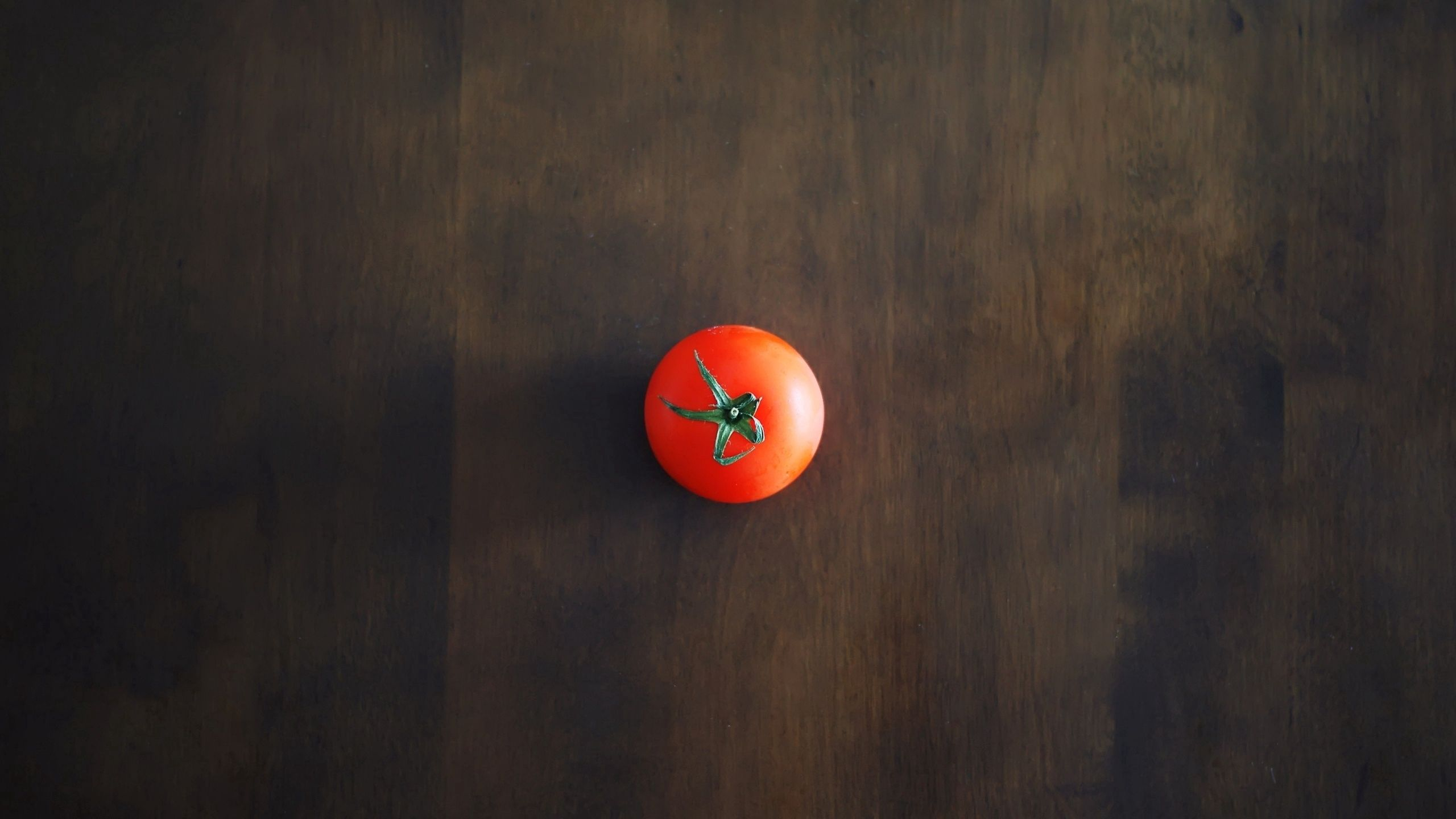 2560x1440 Wallpaper minimalism, tomato, red, table, wall, shadow, background