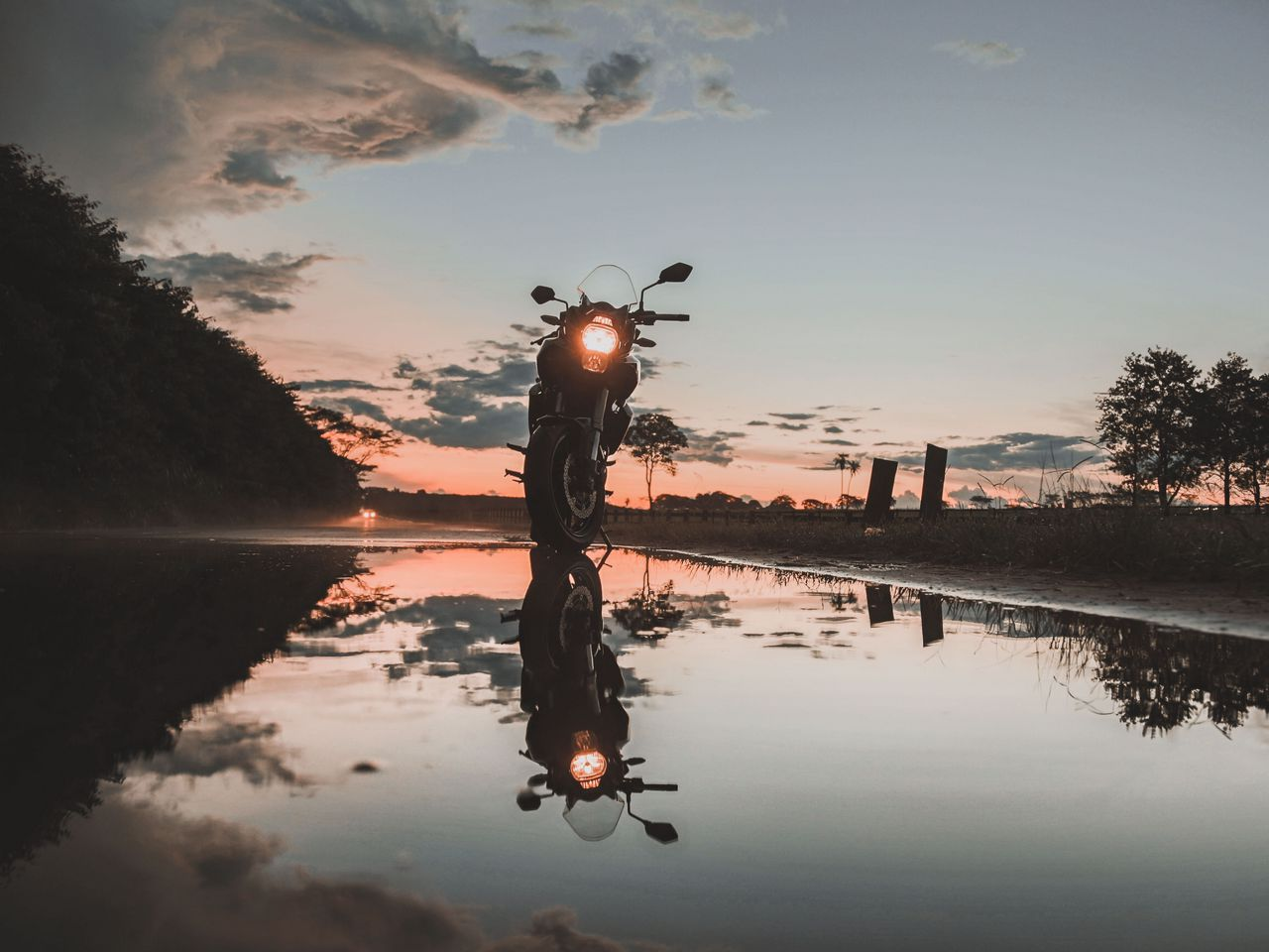 1280x960 Wallpaper motorcycle, sunset, reflection, water, sky