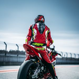 Preview wallpaper motorcyclist, motorcycle, bike, sports, racing, racer