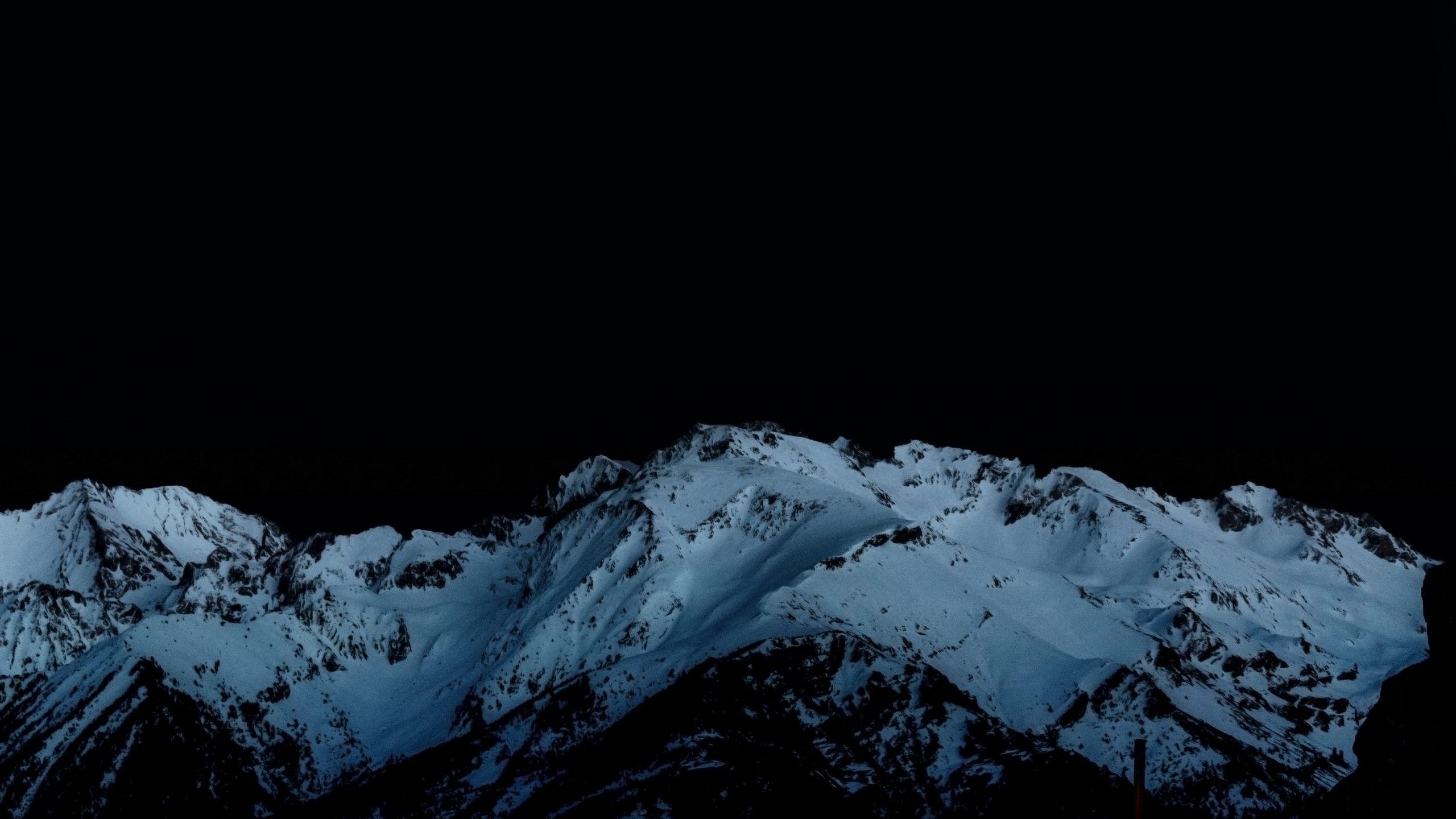 2560x1440 Wallpaper night, mountains, snowy, peaks