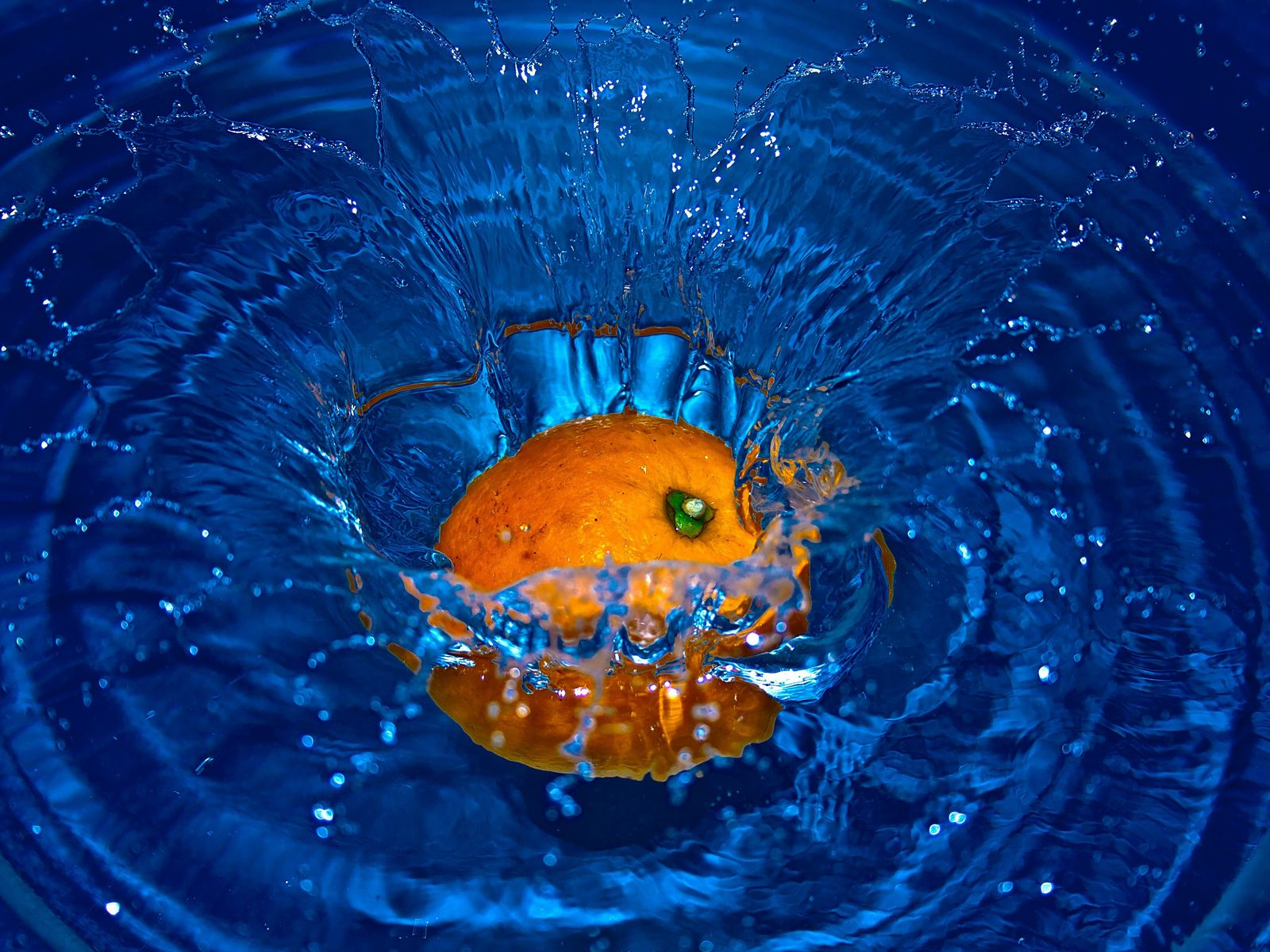 1600x1200 Wallpaper orange, spray, water, fruit, citrus