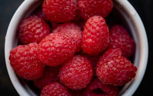 Preview wallpaper raspberry, berry, cup, fruit