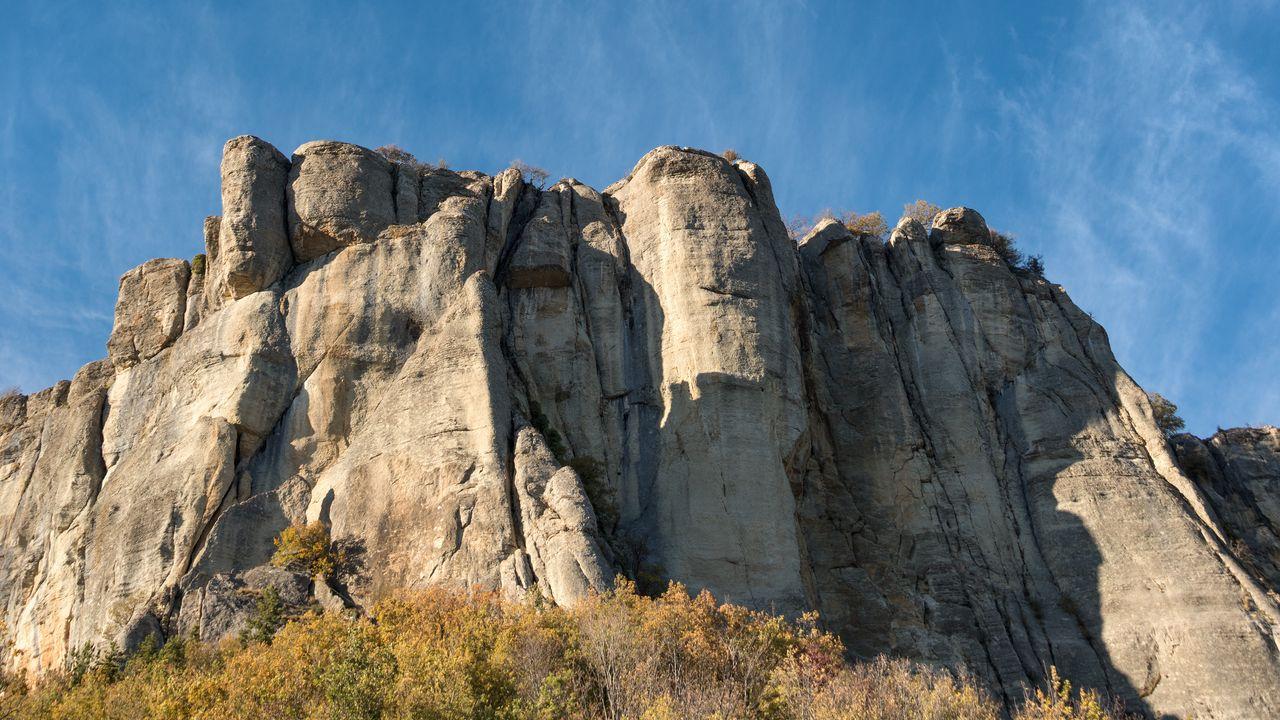 【壁纸桌面】石头,石头,石头,灌木丛高清壁纸免费下载