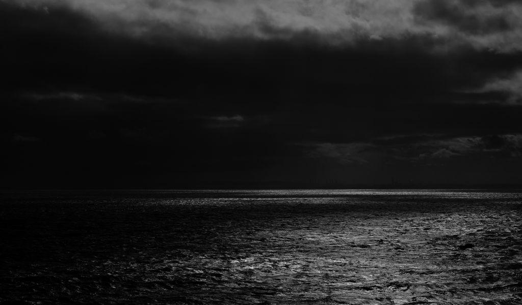 1024x600 Wallpaper sea, horizon, bw, overcast, clouds, ripples