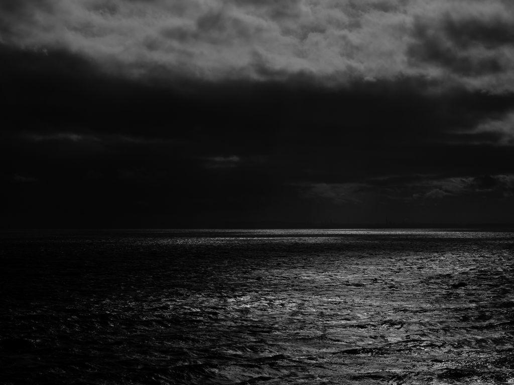 1024x768 Wallpaper sea, horizon, bw, overcast, clouds, ripples