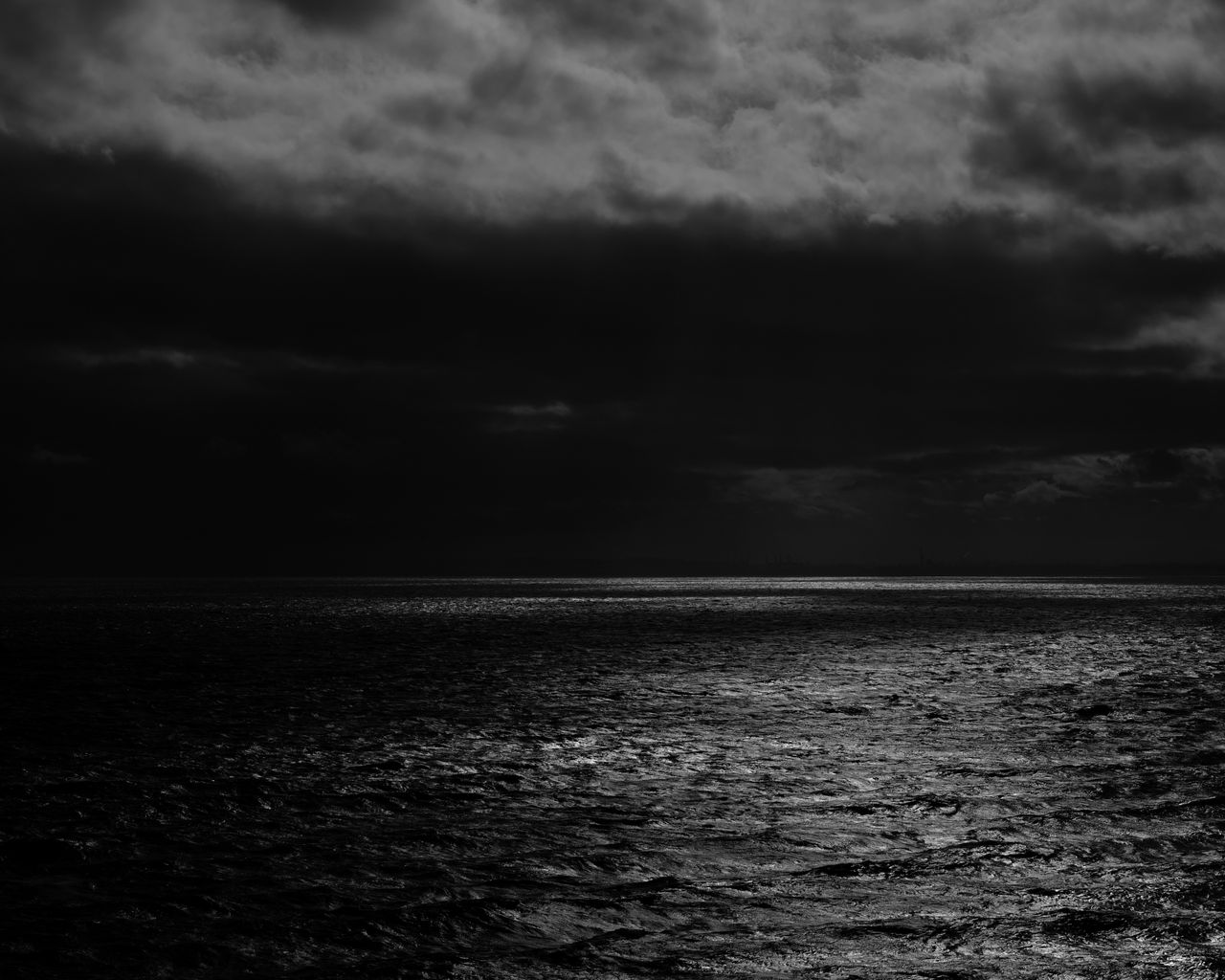 1280x1024 Wallpaper sea, horizon, bw, overcast, clouds, ripples