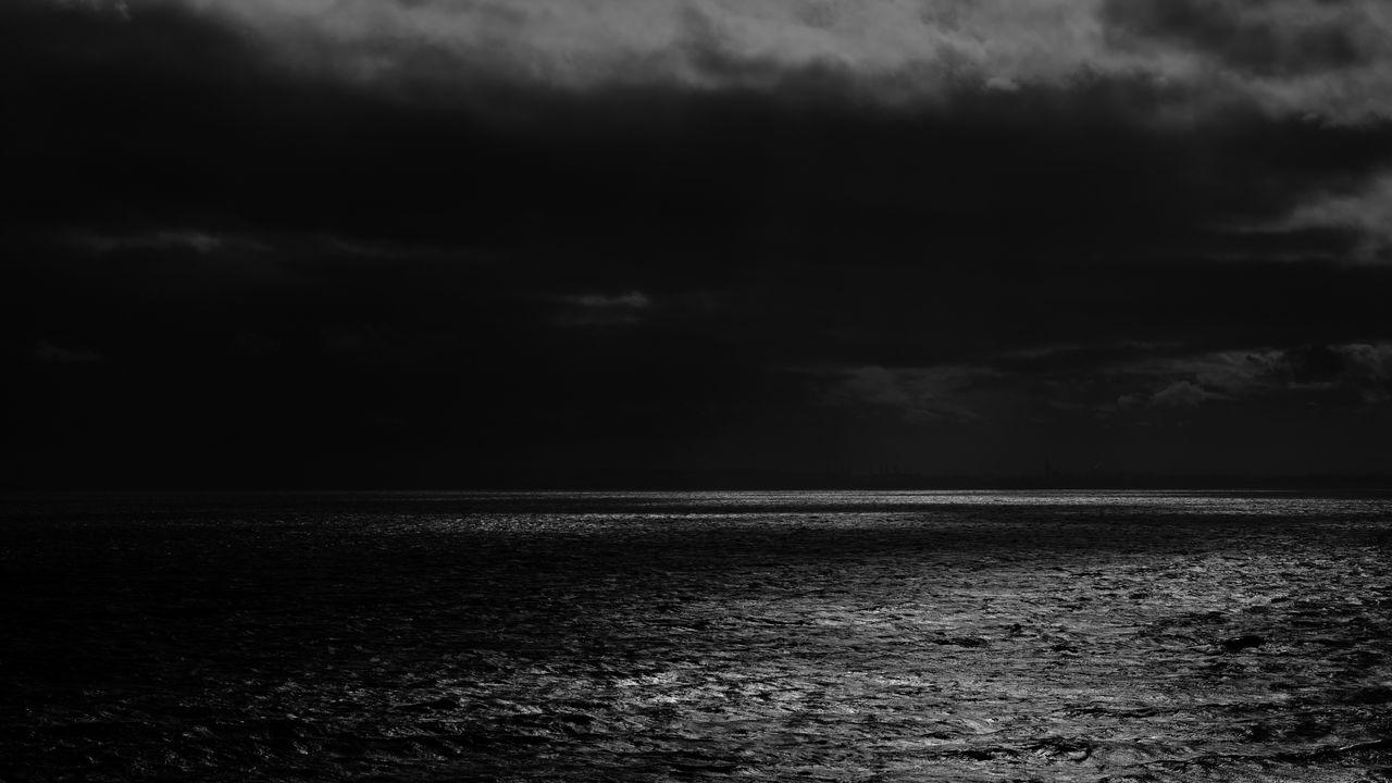 1280x720 Wallpaper sea, horizon, bw, overcast, clouds, ripples