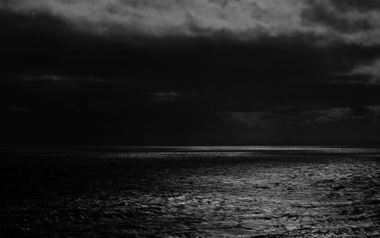 1280x800 Wallpaper sea, horizon, bw, overcast, clouds, ripples