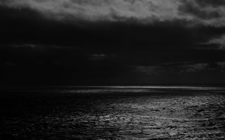 1440x900 Wallpaper sea, horizon, bw, overcast, clouds, ripples