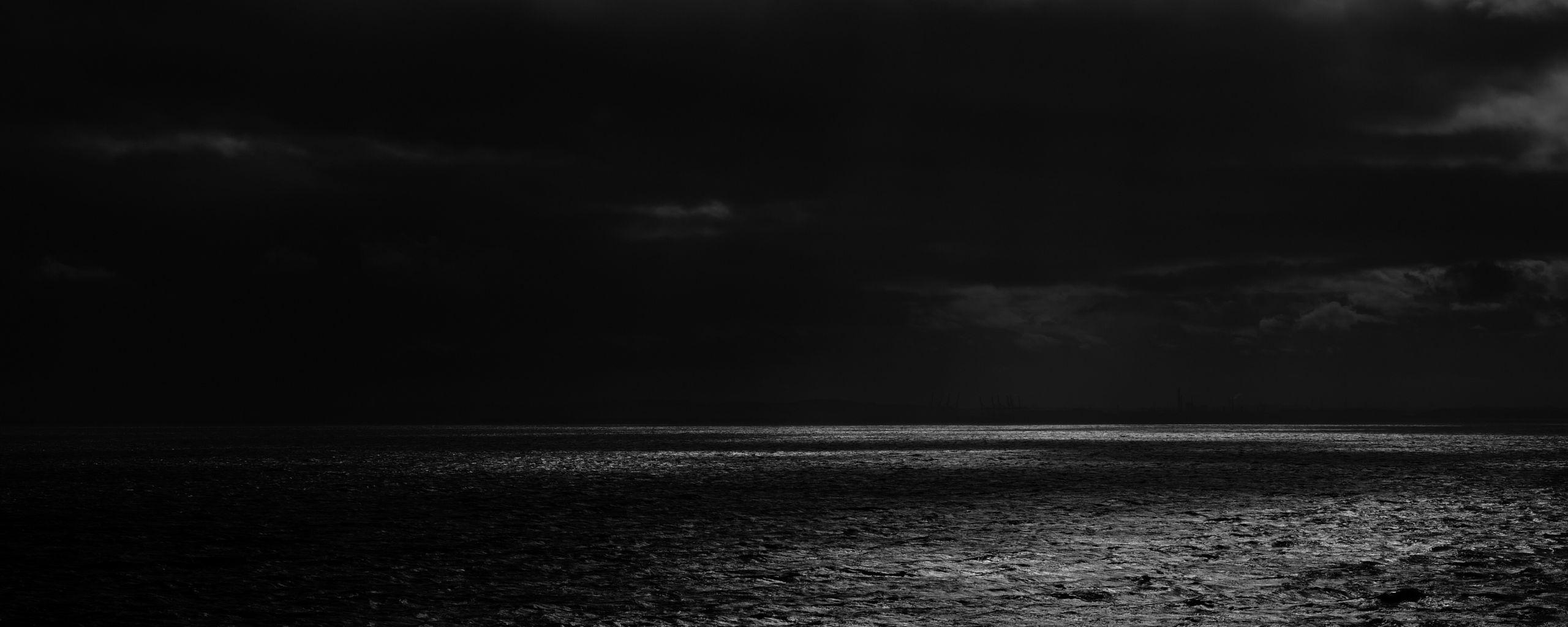 2560x1024 Wallpaper sea, horizon, bw, overcast, clouds, ripples