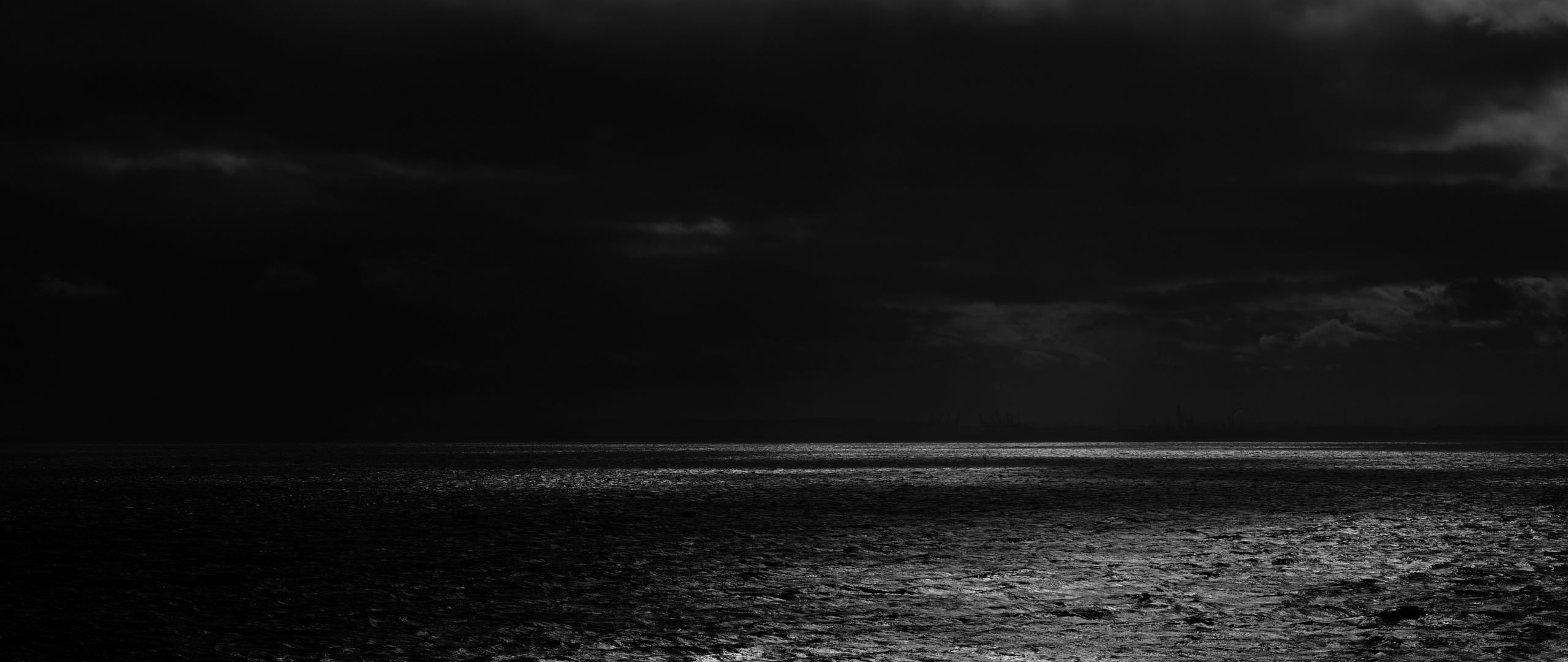 2560x1080 Wallpaper sea, horizon, bw, overcast, clouds, ripples