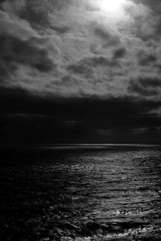 320x480 Wallpaper sea, horizon, bw, overcast, clouds, ripples
