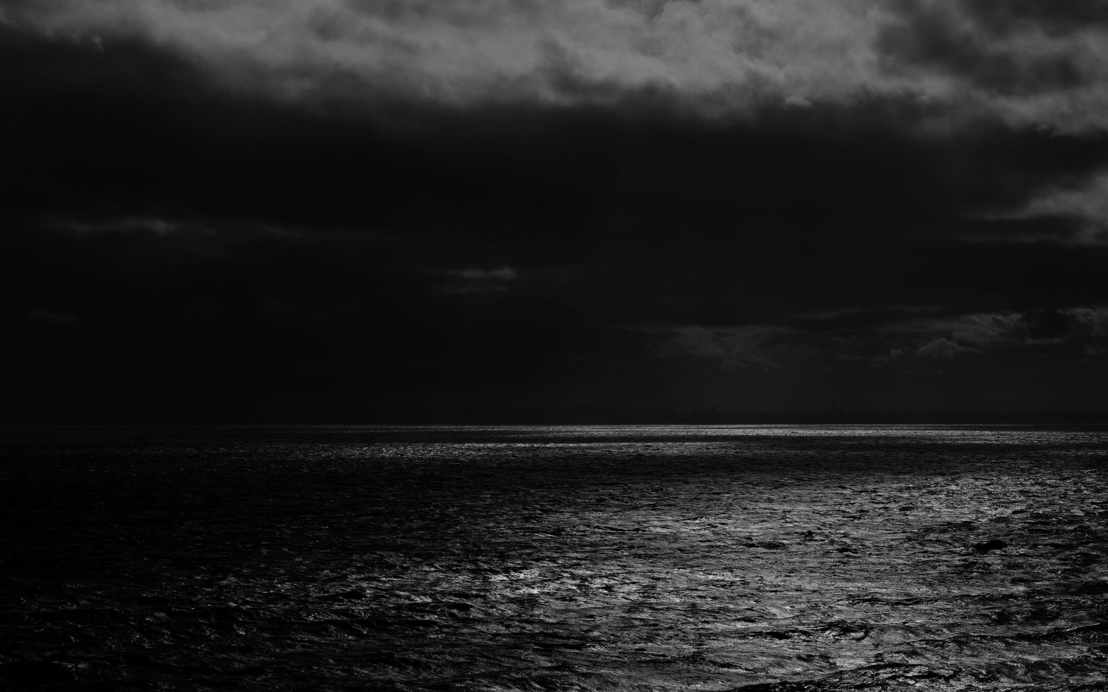 3840x2400 Wallpaper sea, horizon, bw, overcast, clouds, ripples