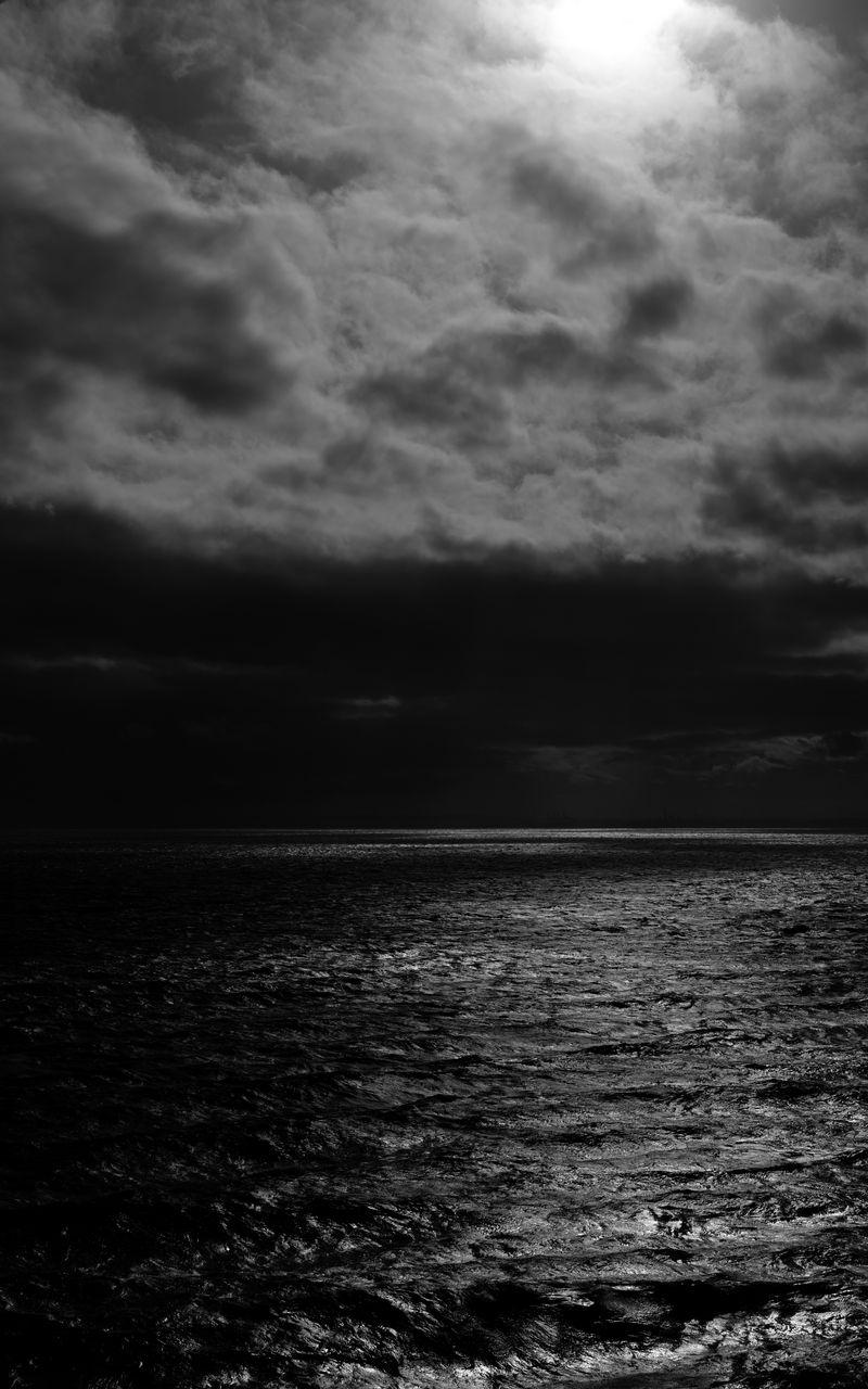 800x1280 Wallpaper sea, horizon, bw, overcast, clouds, ripples