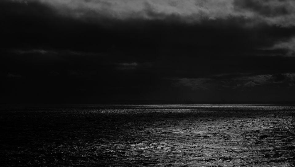 960x544 Wallpaper sea, horizon, bw, overcast, clouds, ripples